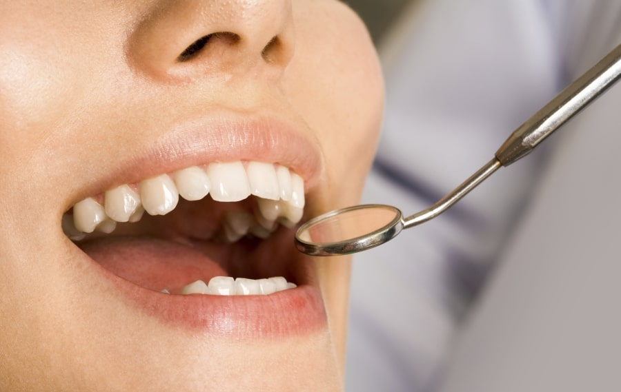 Осмотр зубов пациента