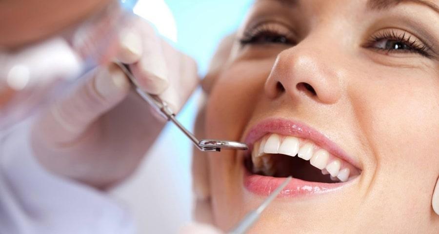 Девушка на лечении зубов