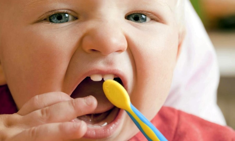 Маленький ребенок с зубной щеткой